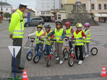 このイベントでは、交通ルールの基本も 学べるため、親たちからも大好評だという。