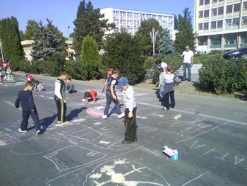最終目的地のポーランドで、現地の子 供たちや参加者と遊ぶ機会があるので、国 際感覚を磨くことができる。