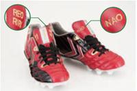 """佐藤選手が2012年シーズンに着用していたスパイクは""""走るサッカー""""をコンセプトに開発されたhummelの「セラーテⅡ PRO」。左足には奥様の奈央さん、右足には長男の玲央人(れおと)くん、次男の里吏人(りりと)くんの名前の刺繍入り。"""