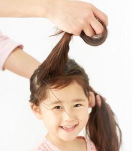 2.髪の毛全体を4:6くらいに分けます。