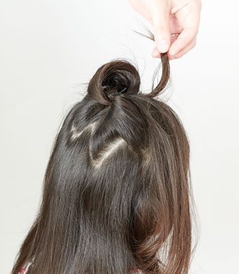 5.二つの毛先を、もう一度先ほど通した穴に後ろ→前の方向に通します。