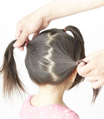1.上の方の髪の毛を結びます。