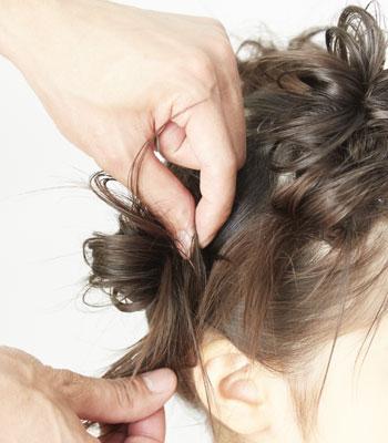 6.穴から出した毛先を前にひっぱります。