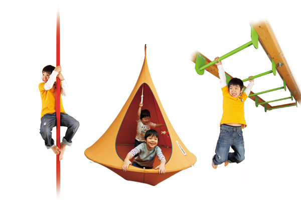 ハンモックやすべり棒など子供が喜ぶオプションが豊富。家の中だって体いっぱい動かしてのびのび育ってほしい。