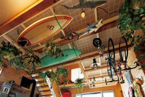 家族の趣味モノは天井にディスプレイ。自分の大切な愛用品を子供がイタズラすることもない(笑)