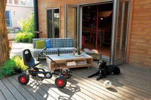 リビングとデッキはフラットに繋がる。晴れた日はソファを外に出して、家族みんなでゆったり。