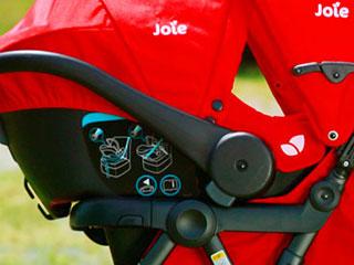 POINT02:ドッキング ベビーカーのシートを取り替えずに、そのままチャイルドシートをドッキングできるため、乗せかえもスピーディー。