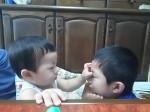 07「兄弟で目をあわせてにこにこしてて微笑ましいな~シャッターチャンス!と思っていたら…目潰し!」