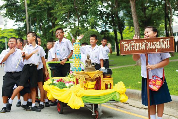 公園で出会った小学生たち。課外活動の一環として タンブン(お寺への寄付)を集めている。